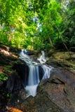 Cascata di Kathu in una foresta tropicale Phuket, Tailandia Immagini Stock