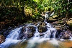 Cascata di Kathu in una foresta tropicale Phuket, Tailandia Fotografie Stock