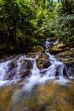 Cascata di Kathu in una foresta tropicale Phuket, Tailandia Fotografia Stock