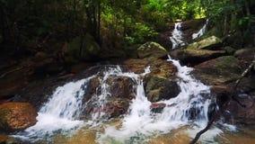 Cascata di Kathu in una foresta tropicale Phuket, Tailandia stock footage