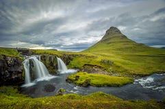 Cascata di Kirkjufellsfoss e montagna di Kirkjufell, Islanda Immagini Stock Libere da Diritti