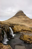 Cascata di Kirkjufellsfoss, montagna di Kirkjufell, raincloud, hayfi Fotografia Stock