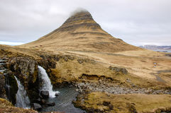 Cascata di Kirkjufellsfoss, montagna di Kirkjufell, raincloud, hayfi Fotografie Stock