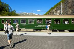 Cascata di Kjosfossen - il viaggio in treno ferroviario di Flam Flamsbana Immagine Stock