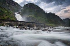 Cascata di Latefossen con il ponte di pietra vicino a Odda, Norvegia Fotografia Stock Libera da Diritti