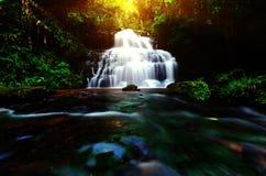 Cascata di Mandang della sfuocatura del fondo in Tailandia E popolare con la t fotografie stock