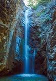 Cascata di Milameris dell'acqua fredda in caverna della roccia Immagini Stock Libere da Diritti