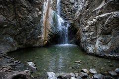 Cascata di Millomeris e una vista dello stagno di acqua vicino a Platres, Cipro Immagini Stock Libere da Diritti