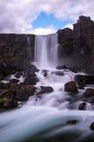 Cascata di Pingvellir in parco nazionale - Islanda Immagine Stock