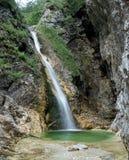 Cascata di schiaffo di Zapotoski alla fine della valle di Zadnja Trenta nel parco nazionale di Triglav in Julian Alps in Slovenia Immagini Stock