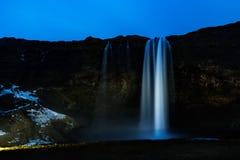Cascata di Seljalandsfoss alla notte Fotografia Stock