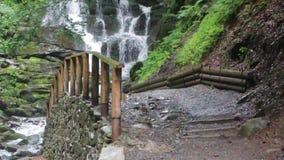 Cascata di Shidot, una di cascate più belle nei Carpathians ucraini stock footage