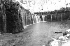 Cascata di Shiraito in Karuizawa, Giappone nel monocromio Fotografia Stock