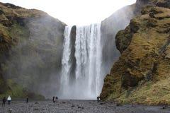 Cascata di Skogafoss Attrazione turistica naturale dell'Islanda Paesaggio di inverno un giorno soleggiato Stupendo in natura fotografia stock