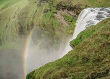 Cascata di Skogafoss con il bello arcobaleno il giorno soleggiato, costa sud dell'Islanda, Europa fotografia stock