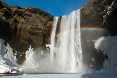 Cascata di Skogafoss con l'arcobaleno all'inverno, Islanda fotografie stock