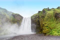 Cascata di Skogafoss in Islanda dall'angolo basso immagini stock