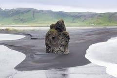 Cascata di Skogafoss in Islanda dall'angolo basso fotografie stock libere da diritti