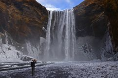 Cascata di Skogafoss sul fiume di Skougau, nel sud dell'Islanda, nella regione di Sydurland fotografia stock libera da diritti