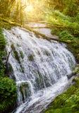 Cascata di Tharn Sadet nella traccia di Kew Mae Pan Nature Trail Trekking immagini stock