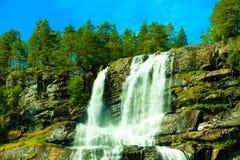 Cascata di Tvindefossen vicino a Voss, Norvegia Immagini Stock Libere da Diritti