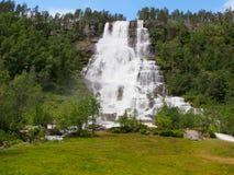 Cascata di Tvindefossen vicino a Voss, Norvegia fotografie stock libere da diritti
