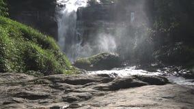Cascata di Wachirathan al parco nazionale di Doi Inthanon, Chiang Mai Thailand archivi video