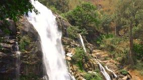Cascata di Watchirathan nel parco nazionale del inthanon di Doi, regione di Chiang Mai, Tailandia, capace di avvolgere archivi video