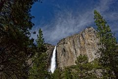 Cascata di Yosemite Falls in parco nazionale di Yosemite Immagini Stock Libere da Diritti