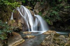 Cascata diPHA-Tak in foresta pluviale profonda al parco nazionale di Khao Laem Fotografia Stock