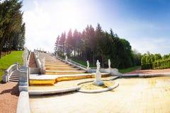 Cascata dorata della collina al parco più basso di Peterhof Immagini Stock Libere da Diritti