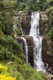 Cascata e colline nell'alpeggio accanto a Nuwara Eliya nello Sri Lanka centrale Fotografie Stock Libere da Diritti