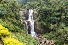 Cascata e colline nell'alpeggio accanto a Nuwara Eliya nello Sri Lanka centrale Fotografia Stock Libera da Diritti