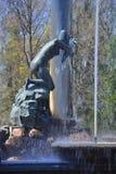 A cascata e a estátua do leão do Nympha Aganipa em Peterhof, St Petersburg, Rússia Fotografia de Stock