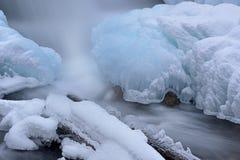 Cascata e ghiaccio di inverno fotografia stock libera da diritti