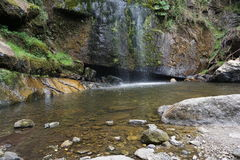 Cascata e lago basso con le rocce Immagine Stock Libera da Diritti