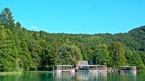 Cascata e lago in Plitvice, parco nazionale, bello posto in Croazia stock footage