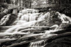 Cascata e ponte - in bianco e nero Immagine Stock