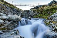 Cascata e ponte in Lapponia Fotografie Stock Libere da Diritti