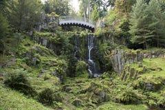 Cascata e ponte in parco del castello Wilhelmshoehe, Cassel, Germania Fotografie Stock