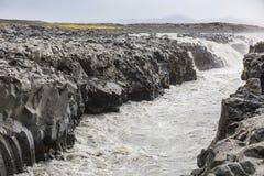 Cascata e rio pequenos na rota f ao askja imagem de stock royalty free