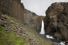 Cascata e rocce basaltiche in Islanda. Fotografie Stock Libere da Diritti