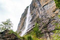 Cascata e roccia enorme Valle delle cascate in Lauterbrunnen, Svizzera Immagini Stock