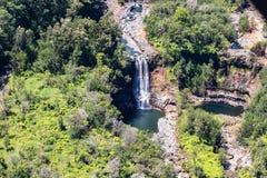 Cascata e stagno hawaiani, vista aerea, vicino a Hilo, le Hawai Banche circostanti della foresta pluviale tropicale fotografia stock libera da diritti