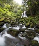 Cascata ed acqua che attraversano le rocce Fotografie Stock Libere da Diritti
