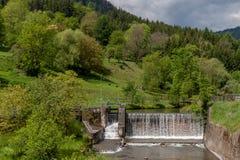 Cascata - fiume acqua - diga - energia idroelettrica Immagine Stock