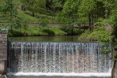 Cascata - fiume acqua - diga - energia idroelettrica Immagini Stock Libere da Diritti