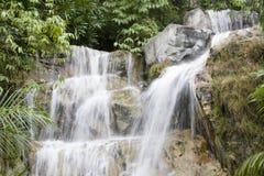 Cascata in foresta pluviale, vista di paesaggio fotografia stock libera da diritti