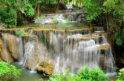 Cascata in foresta tropicale del parco nazionale, Tailandia fotografia stock