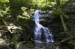 Cascata fra i massi in Ridge Mountains blu alle cadute di Crabtree, la Virginia fotografie stock libere da diritti